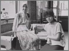 Twee meisjes van de Modevakschool, Zeeburgerdijk 112 hoek Djambistraat