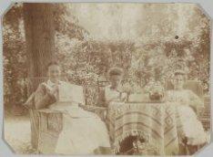 Verpleegsters op het terrein van het Wilhelmina Gasthuis, Eerste Helmersstraat 1…