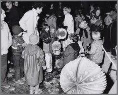 Kinderen doen mee aan een optocht met lampionnen door het Vondelpark ter gelegen…