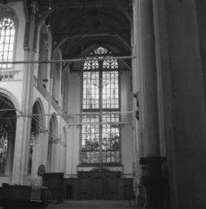 Dam 12, Nieuwe Kerk, interieur met glas-in-loodraam