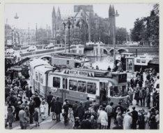 Tram dwars over de straat