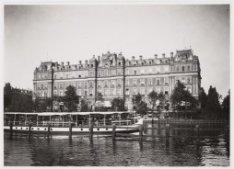 Het Amstel Hotel, Prof. Tulpplein 1 met op de voorgrond de Amstel