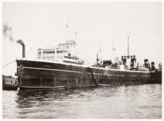 """Het vrachtschip """"Vikingen"""". afgemeerd aan de noordzijde van het Afgesloten IJ"""