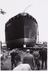 Gezicht op de brede voorsteven van de tanker ms. Danaland tijdens de stapelloop