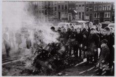 Verbranden van kerstbomen door de jeugd
