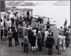 De genodigden voor de tewaterlating van het ms. Geestbay zijn per rondvaartboot …