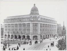 Hirsch & Cie, Leidseplein 23-35 (rechts, v.l.n.r.), naar ontwerp van architect A…