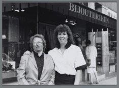 Twee van de drie generaties dames Leijten voor bijouteriewinkel Au Bonheur des D…