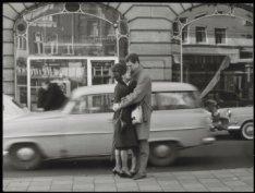 Kleine-Gartmanplantsoen, verliefd stelletje op tramhalte voor het Hirsch-gebouw