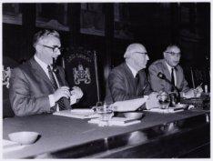 Burgemeester dr. Ivo Samkalden, met wethouder mr. W. Polak (links) en mr. W. de …