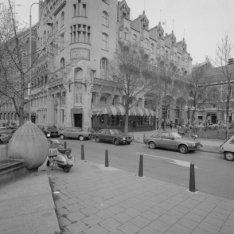 Leidseplein 26 (ged.) - 28 v.r.n.l. Op nummer 28 het American Hotel. Links Leids…