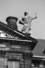 Nieuwezijds Voorburgwal 147, Paleis op de Dam, beeld van vrouw met boek en fakke…