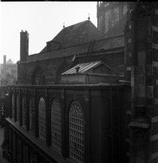 Dam 12, Nieuwe Kerk, zijgevel aan de Gravenstraat. Geheel links de kruising Grav…