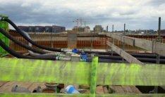 Bouwput voor de bouw van IJDock in het Afgesloten IJ, gezien vanaf de Westerdoks…
