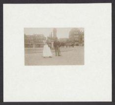 Man en vrouw met kind op de arm op de Amstel bij de Hogesluis