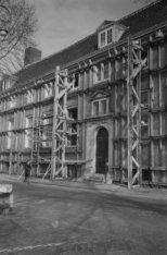 Het verzorgingshuis Amstelhof, Amstel 51 deels gestut