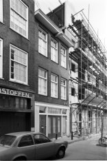 Buiten Oranjestraat 10-12 (ged.), v.r.n.l. en rechts nieuwbouw op de Haarlemmer …