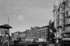 Oude Turfmarkt 129-153, geheel rechts een deel van de zijgevel van Nieuwe Doelen…