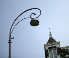 Lantaarn met krul op de Oude Turfmarkt nabij de Nieuwe Doelenstraat met rechts h…