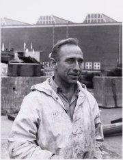 Werknemer van de N.D.S.M. op de werf bij de tewaterlating van het tankschip Dion…