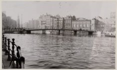De halvemaansbrug over de Amstel gezien naar Munttoren