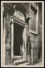 De voormalige ingang van de Bank van Lening in de Enge Lombardsteeg
