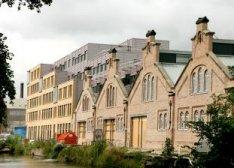 Exterieur van het nieuwe Stadsdeelhuis aan de Oranje-Vrijstaatkade, kort voor de…