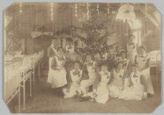 Groepsportret van verpleegsters bij een kerstboom in de TBC-barak van het Wilhel…