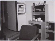 Interieur van een woonkamer van het bejaardentehuis Amstelhof, Amstel 51