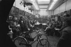 Belangstellende bezoekers tijdens een veiling in Veilinghuis De Eland, Elandsgra…