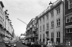 Sint Antoniesbreestraat 1 - 69, gezien naar de Nieuwmarkt, op nummer 69 Huis de …