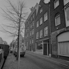 Lijnbaansgracht ca. 34 - 46 (ged.) met tussen de nummers 41 en 45 hoekhuis Linde…