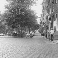 Brouwersgracht 2-8, gezien naar het westen, rechts de zijgevel van Singel 14 en …