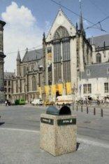 Dam 12, de Nieuwe Kerk met enkele reclamevlaggen en een draperie voor de tentoon…