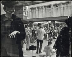 Kalverstraat, straatmuzikanten gezien door winkeletalage