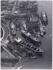 Luchtfoto van de Amsterdamse Droogdok Maatschappij (ADM), Meeuwenlaan 60-64. Rec…