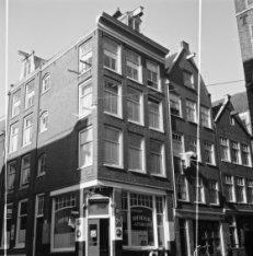 Haarlemmer Houttuinen 111 - 115 (ged.),  links de Buiten Oranjestraat