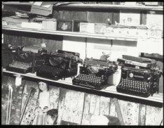 Interieur met verzameling typmachines in de woonboot van beeldend kunstenaar Vik…