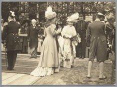 Koningin Wilhelmina  bezoekt de tewaterlating van het mailschip ss. Prinses Juli…
