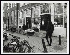 Slapende dakloze man op het verhoogde terras van restaurant La Strada, Nieuwezij…