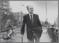 Portret van de heer Cornegoor van Honthorststraat 52, staande op brug 79 over de…