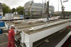 Bouw van de noodbrug naast de Hogesluis (Brug 246) over de Amstel