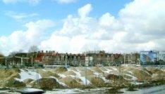 Besneeuwd bouwrijp terrein voor de bouw van nieuwbouwwoningen aan het Westerdok …