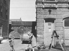 Buiiten Dommersstraat hoek Haarlemmer Houttuinen 84 met op de achtergrond Tussen…