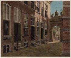Oudemanhuispoort 5-7, gezien naar de Kloveniersburgwal. De huizen werden in 1903…