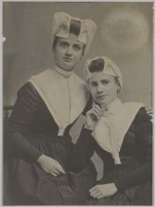 Dubbelportret van Alida Jacoba Boom (1888-1974) en Antje Geertruida Boom (1889-?…