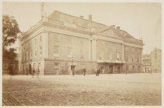De houten schouwburg aan het Leidseplein vóór de verbouwing van 1872, gezien van…
