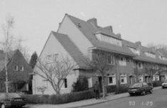 Ploegstraat 175 - 197 (ged.), voorgevels. Links de zijgevel van Sikkelstraat 7
