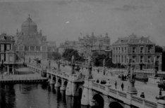 De Hogesluis over de Amstel gezien naar de Sarphatistraat en het Paleis voor Vol…