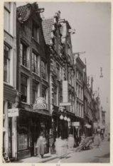 Nieuwendijk 2-28 (ged.) (v.r.n.l.). Nummer 24 café-concert P.C. Emmerich